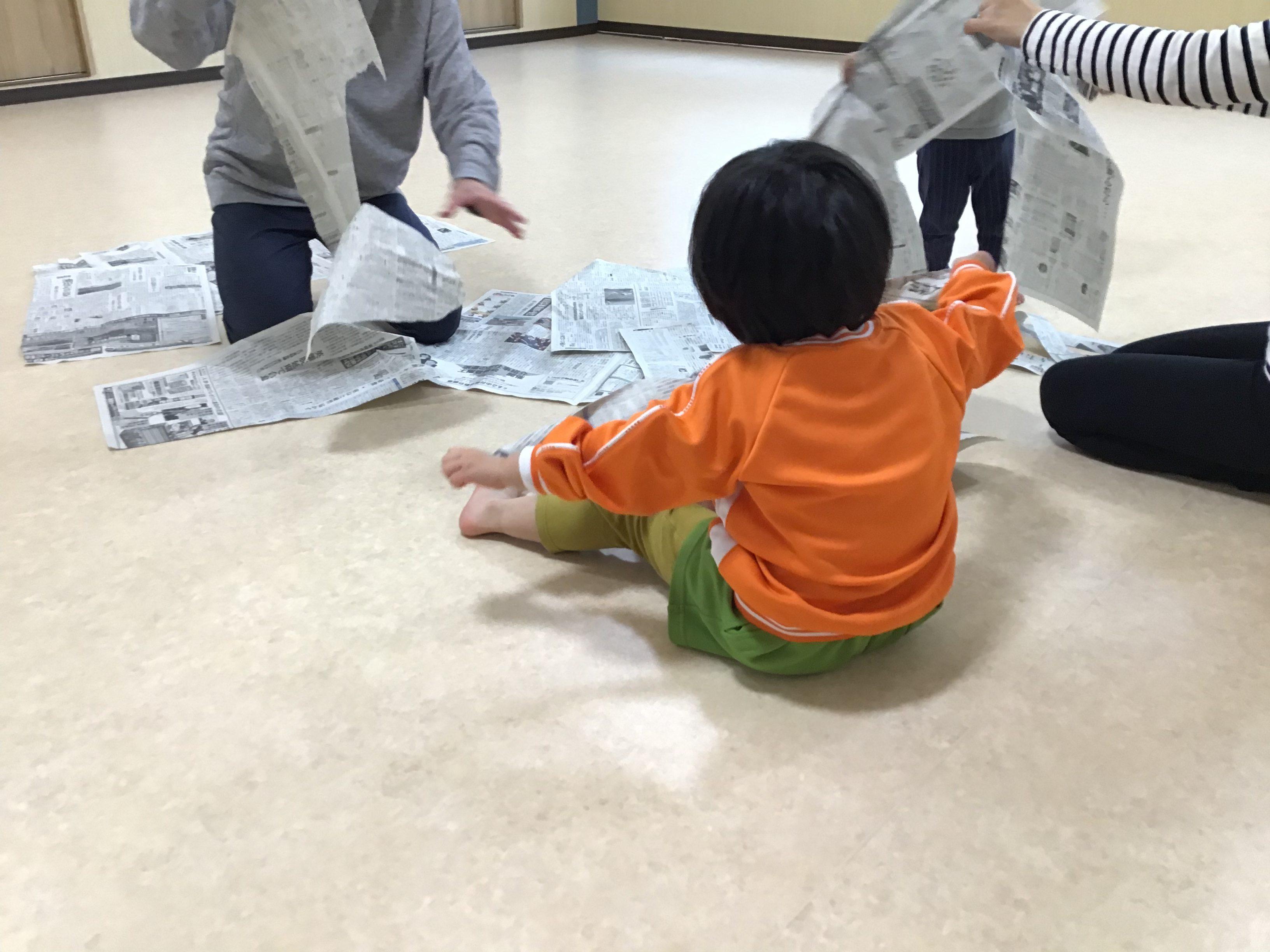新聞紙 遊び ねらい